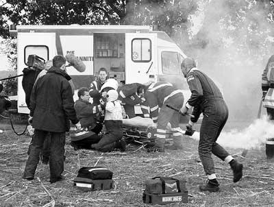Das Foto zeigt das Team der Johanniter aus Landesbergen zusammen mit der Notärztin Ivonne Arndt während der Dreharbeiten.