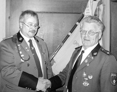 Brokelohs Schützenchef Johann Suer ehrt Heinz Michaelis für 50 Jahre Mitgliedschaft.