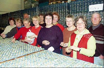 2,2 Millionen Kronkorken müssen auf Kunststoffplatten geklebt werden. Landesberger Vereine beteiligen sich an der Rekordaktion, darunter auch die Frauengruppe des Schützenvereins Landesbergen, die einen Nachmittag Kronkorken klebte.Fotos: Hildebrandt