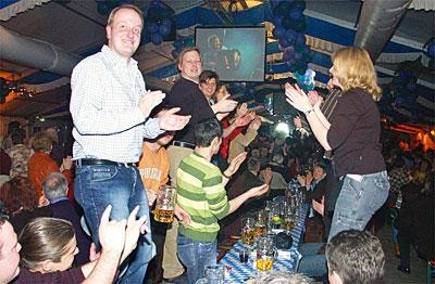 Bayrische Party im Norden: Ausgelassen tanzten diese Besucher auf den Bänken.. Fotos: Sabine Hildebrandt