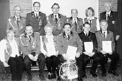Der Ehrenvorsitzende mit dem neuen Vorstand und den geehrten Mitgliedern des Schützenvereins Leeseringen.Foto: Wingold