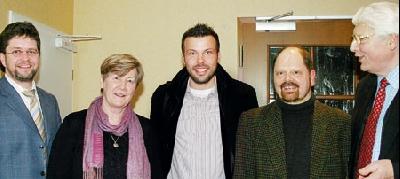 BEKANNTE GESICHTER: Liesel Westermann-Krieg, Jens Rehhagel und Rolf Rainer Gecks eingerahmt von ihren Gastgebern Karsten Heineking (links) und Willi Heineking.Brosch