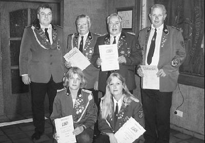 Der erste Vorsitzende Rudolf Bremer (hinten links) mit Susanne Andermann, Dagmar Herburg (vorn von links) und den Fahnenträgern Reiner Borcherding, Friedhelm Kuhlmann sowie Günter Block.Foto: privat