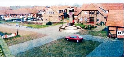 So würde der Europa-Brunnen auf dem Mühlenplatz in Landesbergen aussehen: Eine Fotomontage, die ein Architekt für den Heimatverein angefertigt hat.