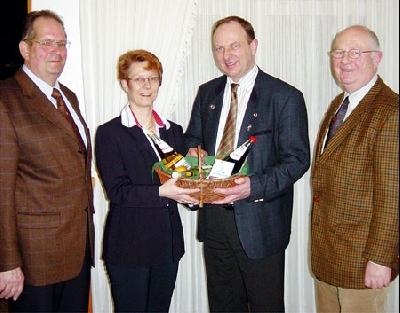 Hans-Kurt Schule-Berge und Britta Ronnenberg bedanken sich bei Clemens Große Macke und dem ehemaligen Geschäftsführer Bernd Ronnenberg (von links).Foto: S. Hildebrandt