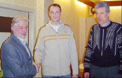 Unser Bild zeigt den stellvertretenden Vorsitzenden Günter Bicknese (links) und Kassenwart Ude Schmidt (rechts) mit dem neuen LSV-Chef Sukopp.