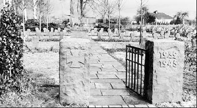 Auf diesen zur Winterzeit menschenleeren Ehrenfriedhof in Leese werden am 8. Mai viele Menschen von der benachbarten Kirche herüber kommen und der Gefallenen und der zivilen Opfer des Zweiten Weltkriegs gedenken.Foto: Michael Flämig