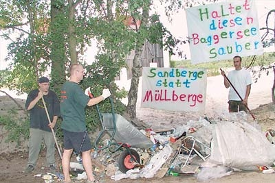 Gerade einmal ein Bruchteil dessen gesammelt, was am Heye-See noch herumliegt: Die Rehburger fordern über Plakate, auf Sauberkeit zu achten.