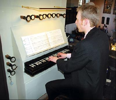 """Große Freude bei Organist Michael Kählke: Er begleitete den Gottesdienst wieder auf """"seiner"""" Meyer-Orgel.Foto: Schwake"""