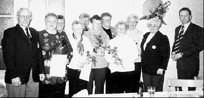 Langjährige Mitglieder (von rechts): Roland Lucas, Waltraud Nortmeier, Luise Quittmann, Luise Haßelbusch, Marga Radtke, Waltraud Pätzold, Edith Branding, Edith Könemann, Adele Oetting, Vorsitzende Luise Köneman und Markus Stövesandt vom DRK-Kreisverband.