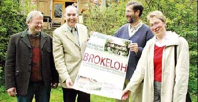 Foto: Rolf Bodermann (3. von links) übergab vor dem Rittergut Brokeloh ein frisch gedrucktes Plakat, das für die Dorfpräsenation wirbt, an Landrat Heinrich Eggers (2. von links). Mit dabei waren Mitglieder des Rates der Gemeinde Landesbergen Carsten Niem