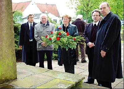 Pastor Andreas Dreyer, Friedrich Vogts, Superintendentin Dr. Ingrid Goldhahn-Müller, Pastor Jürgen Sievers und Landrat Heinrich Eggers (von links) an der Leeser Kriegsgräberstätte.