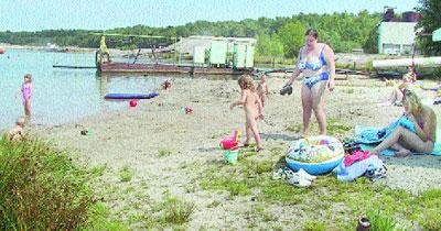 Bade-Idylle für Jung und Alt am Heye-See: Dieser Familie liegt viel daran, hier zu baden. Daher nimmt sie ihren Müll auch mit.Foto: Reckleben