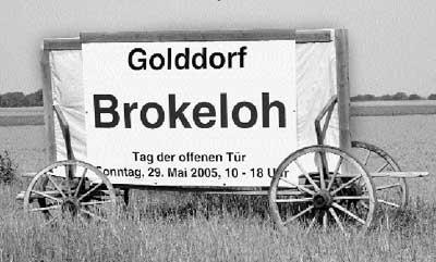 """""""Das Golddorf stellt sich vor"""": Mit diesem Plakat wirbt Brokeloh für den morgigen Tag der offenen Tür. Foto: Hildebrandt"""