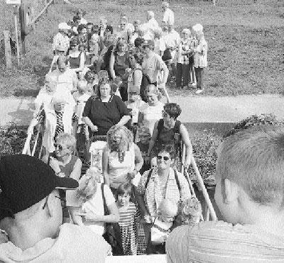 Landesberger Ferienkinder schiffen sich am Landesberger Anleger ein.Foto: Reckleben