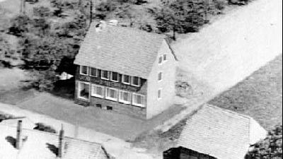 Luftbild vom ersten Neubau der Volksbank Landesbergen 1959 vor der Erweiterung Hinter den Höfen.Foto: privat