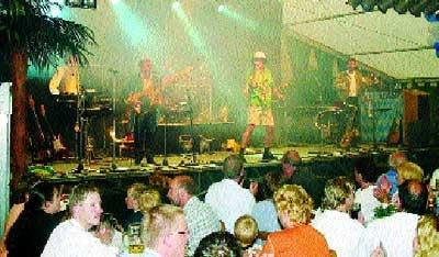 """Die """"Knutschbärn"""" brachten das Zelt zum Kochen: 800 Menschen waren begeistert."""