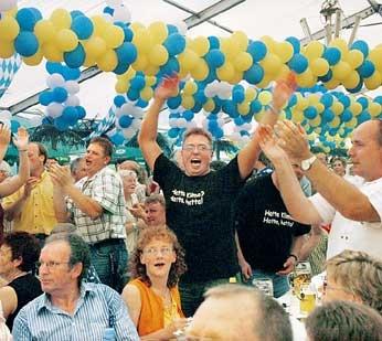 """Das Publikum war Freitagabend im Festzelt ganz aus dem Häuschen. """"Sepp und die Steigerwälder Knutschbären"""" machten Stimmung, die 800 Besucher sDer Wassersportverein Landesbergen baute ein Kanu als Theke um. Helmut und Ursel Heermann ließen sich von Birgit"""