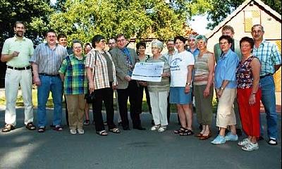 Vertreter der Brokeloher Vereine und Firmen spendeten jetzt den Erlös der Dorfpräsentation in Höhe von 2700 Euro für das Seniorenprojekt der Lebenshilfe-Kreisvereinigung. Foto: Hildebrandt