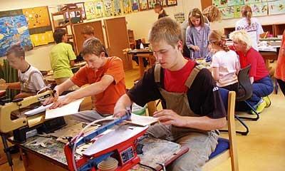Gemeinsam sind sie erfolgreich: Schüler der Grundschule Estorf und der Berufsbildenden Schulen (BBS) Nienburg bei ihrem Projekt. Foto: Wahl