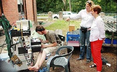 Produzentin Meike Kordes erklärt Britta Ronnenberg (vorne), Geschäftsführerin der Raiffeisen-Warengenossenschaft Leese, wie die Technik funktioniert.Foto: Schwake