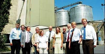 Bruno Fehse, Geschäftsführer des Kraftfutterwerkes Fehse (3. von rechts), führte die Gäste durch seinen Betrieb. Foto: Hildebrandt