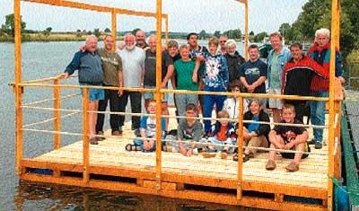 Viele helfende Hände haben dafür gesorgt, dass das Floß am Wochenende am Weseranleger des WSV Landesbergen zusammengebaut und zu Wasser gelassen werden konnte.