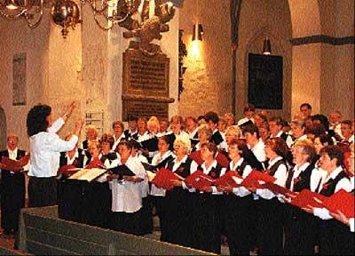 Gemeinsam schufen beide Chöre ein großes Klangbild in Nienburgs Martinskirche.Foto: Angheloff