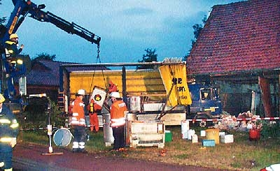 Mit einem Kran des Technischen Hilfswerks wurde in den frühen Morgenstunden die gefährliche Ladung geborgen.Fotos: Bittner/Schiebe
