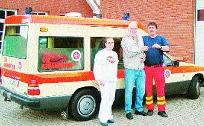 Freude nach Überwindung der bürokratischen Hindernisse bei der Übergabe des Krankentransportwagens: Tanja Friedmann (von links), Bernd Jünck und Udo Friedmann.