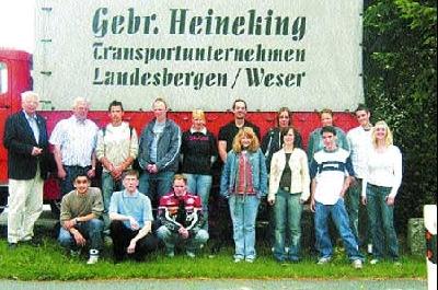 Vor einem Oldtimer der Spedition Heineking postierten sich neben den Auszubildenden Seniorchef Willi Heineking und die für die Ausbildung Verantwortlichen Gerhard Diechoff und Claudia Meyer.