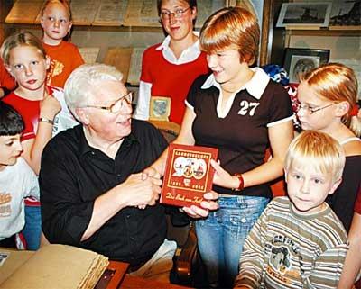 Von Bürgermeister zu Kinderbürgermeister: Willi Heineking gratuliert Tabea Bicknese.