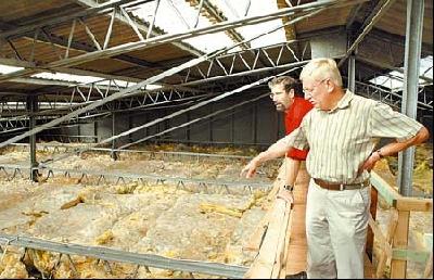 Gemeindedirektor Wilfried Henking (rechts) und Rolf Bodermann erläutern die Deckensanierung.