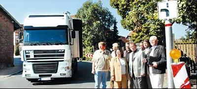 Vertreter des CDU-Gemeindeverbandes, CDU-Bundestagskandidat Hermann Bartels (Fünfter von links) und Bürgermeister Willi Heineking (rechts) setzen sich für den Bau der Orsumgehung von Landesbergen ein. Foto: Hildebrandt