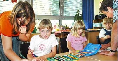 Sozialpädagogin Stephanie Gursch (links) unterstützt zusammen mit Holger Zielke von der Nienburger Astrid-Lindgren-Schule speziell die beiden Integrationsschülerinnen Lisa-Marie Scholz (links) und Chantal Schlüter.Foto: Reckleben-Meyer