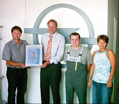 Unser Bild zeigt von links, Thorsten Kluge (Firmenchef und Serviceberater), Torsten Preuss (Distriktleiter Service der Adam Opel AG, René Berger (Servicetechniker) und Simone Liebelt (Serviceassistentin).