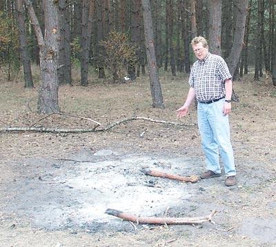 Feuerstelle im Wald: Husums Bügermeister Friedel Fischer ist entsetzt über diesen Leichtsinn. Foto: Lachnit