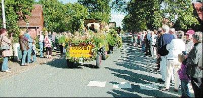 Der spätere Sieger-Wagen der Ortsgemeinschaft Bolsehle während des Umzuges.Fotos: Schwake