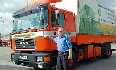 45 Jahre war Horst Thies (65) Fernfahrer bei der Spedition Heineking. Als Fahrer des ersten Rapsöl-Brummis in Deutschland wurde er landesweit bekannt. Jetzt ist er in Ruhstand gegangen. Foto: Hildebrandt