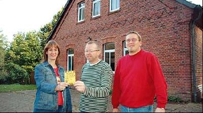 """Sabine Schäfer, Gerd Knipping und Uwe Hotze (von links) vom CVJM-Vorstand vor dem Jugendzetrum """"Scheune"""" in Landesbergen. Foto: Hildebrandt"""
