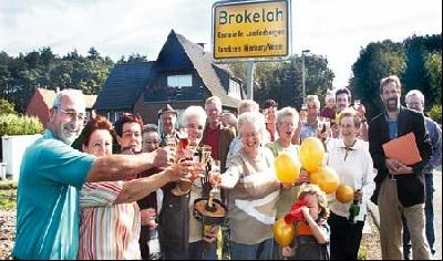 """Deutschlands schönstes Dorf: Als am 17. September 2004 bekannt wurde, dass Brokeloh im Bundeswettbewerb """"Unser Dorf soll schöner werden"""" eine Goldmedaille gewinnt, war das ganze Dorf in Jubelstimmung. Fotos: Hildebrandt"""