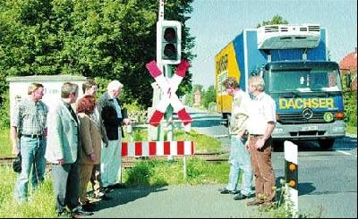 Seit 1998 fordert die Gemeinde Landesbergen, dass die Bahn den Bahnübergang an der K 8 verbreitert. Das Foto entstand während einer Ortsbesichtigung der CDU-Gemeinderatsfraktion Ende August. Foto: Hildebrandt