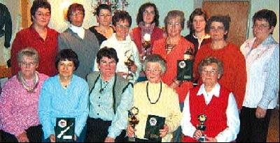 Kreisdamenleiterin Helga Grote und ihre Stellvertreterin Ina Sieker mit den Pokalgewinnern.
