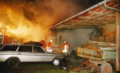 Die brennende Remise: Vorne steht das Auto, mit dem der getötete Pole im November nach Deutschland eingereist ist. Es ist in Litauen zugelassen worden.Fotos: Bittner