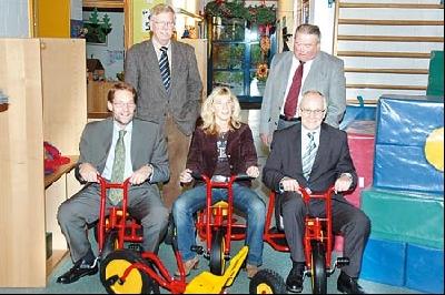 Das Bild zeigt Wilfried Henking und Walter Hotze (hinten stehend, von links) mit Dr. Bernard Klocke, Jutta Herzog-Block und Wolfgang Schneider (vorn sitzend, von links).