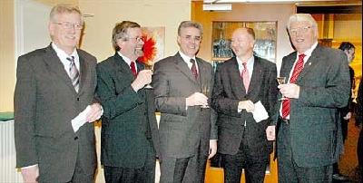Sie stießen auf 2006 an (von links): Gemeindedirektor Wilfried Henking, Samtgemeindebürgermeister Fritz-Karsten Hüneke, Staatssekretär Friedrich-Otto Ripke, Helmut Weiß, Leiter der GLL-Behörde, und Bürgermeister Willi Heineking.