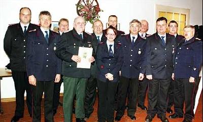 Das wiedergewählte Kommando der Feuerwehr Leese, langjährige Feuerwehr-Mitglieder, Beförderte und Offizielle.Foto: Bittner