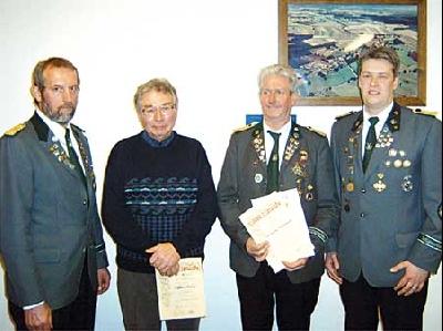 Wolfgang Winkelmann (2. von rechts) und Alfred Holloch (2. von links) wurden für langjährige Mitgliedschaft im Schützenverein Bolsehle geehrt.