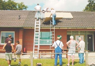 Weil viele Vereinsmitglieder anpackten, wurde die Solaranlage in Rekordzeit installiert.Foto: Ludwig