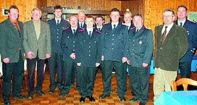 Die beförderten Feuerwehrleute der Wehr Groß Varlingen, die Führungsspitze und Gäste aus Politik und Verwaltung.Foto: Bittner